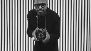 Nú Barreto no estúdio improvisado de Malick Sidibé