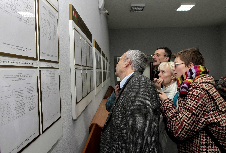 Друзья и родственники с тревогой изучают списки задержанных в Минске, 20 декабря 2011