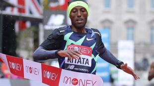 Muethiopia Shura Kitata mwenye umri wa miaka 24 anapata ushindi wake mkubwa wa kwanza katika Mashindano ya London Marathon kwa kumuangusha Eliud Kipchoge.