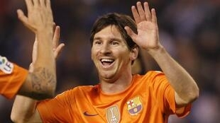Dan wasan Barcelona Lionel Messi yana tabewa da abokan wasan shi bayan ya zira kwallo a ragar Depotivo.