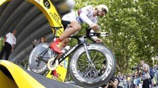 Le coureur suisse Fabian Cancellara au départ du contre-la-montre de la 19 e étape du Tour de France, entre Bordeaux et Pauillac, le 24 juillet 2010.