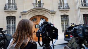 Les médias se rassemblent devant le siège de la société Bygmalion, le 26 mai 2014.