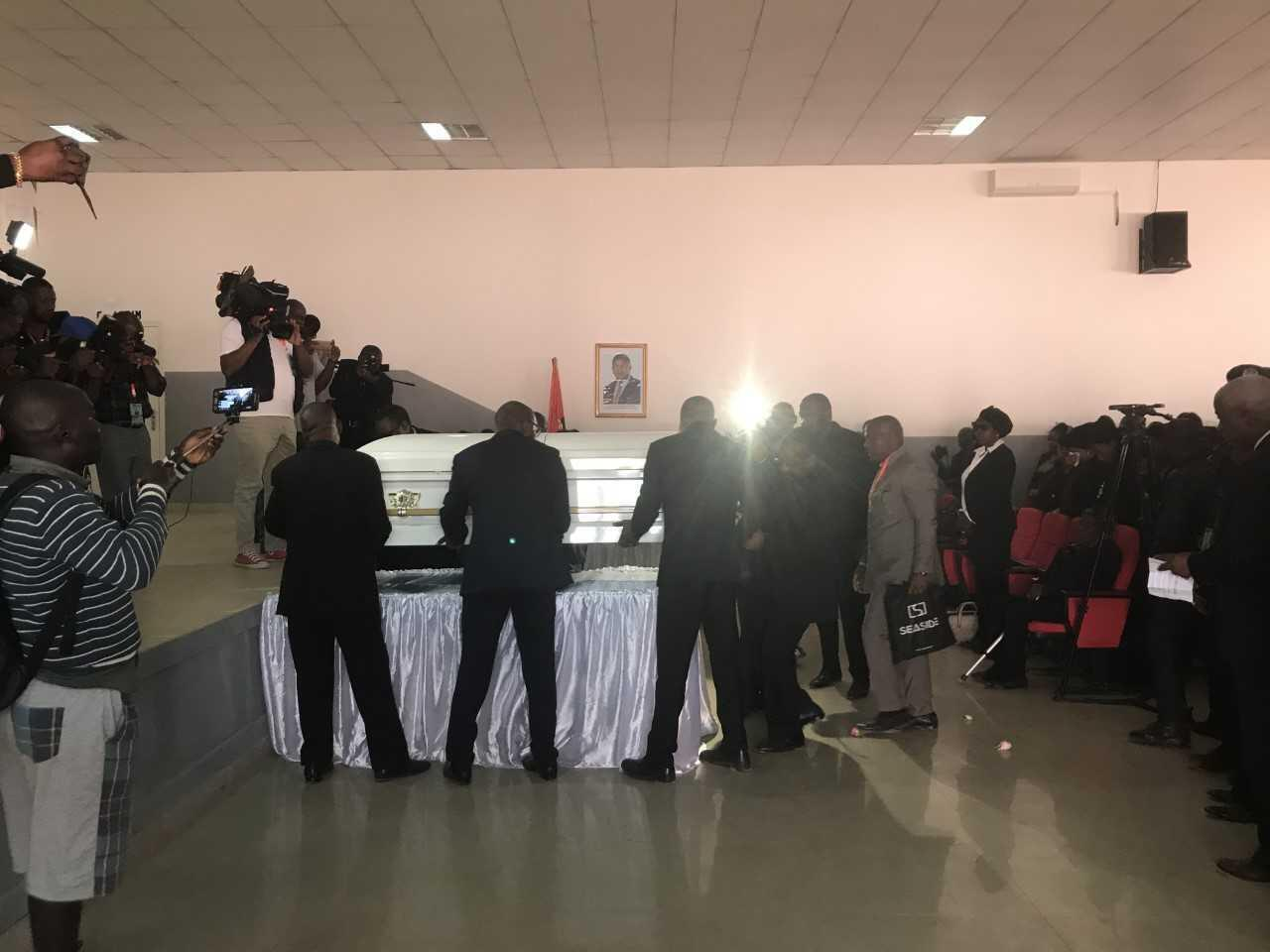 Filhos de Jonas Savimbi transportam o seu caixão no Andulo a 31 de Maio de 2019.