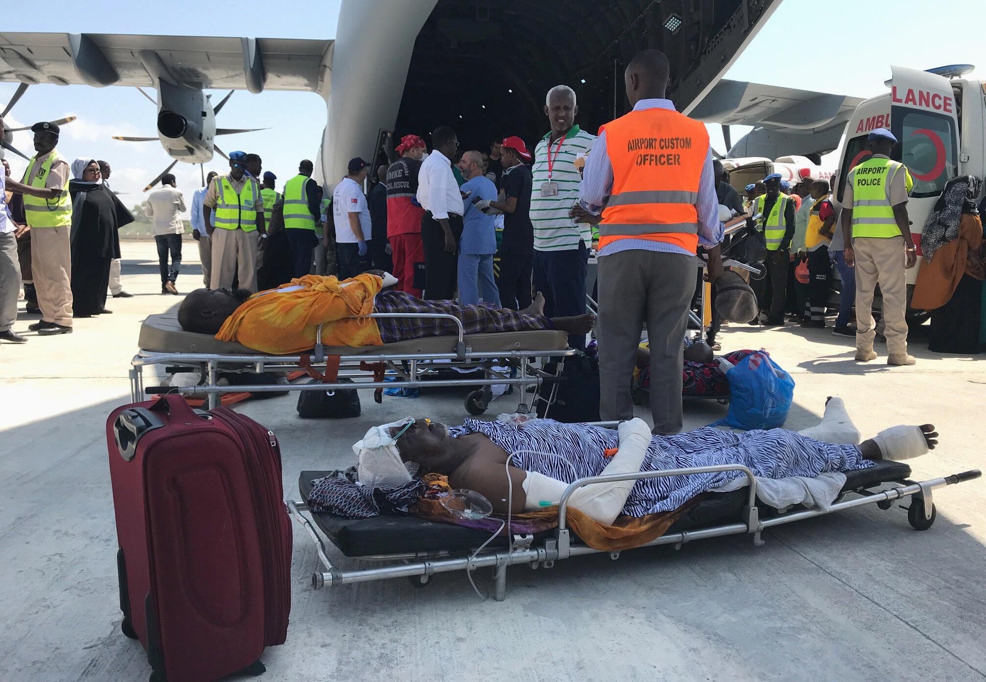 Des personnes blessées lors de l'attaque de Mogadiscio du 14 octobre doivent être évacuées dans un avion turc, le 16 octobre 2017.
