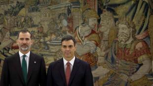 El socialista Pedro Sánchez (derecha) juró su cargo ante el rey Felipe VI.