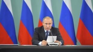 Le président russe Vladimir Poutine lors d'une réunion sur la préparation des Jeux olympiques de Rio, à Sotchi, le 11 novembre 2015.
