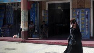 Kashgar, dans le Xinjiang, le 2 août 2011. Femme de la minorité ouïghoure chinoise. Les Ouïghours sont identifiés comme «terroristes» par Pékin.