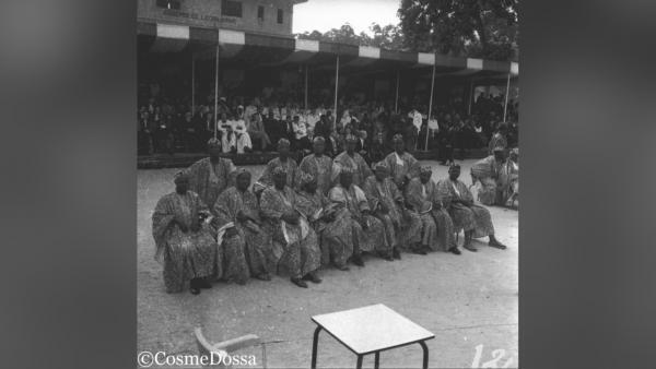 La cérémonie a eu lieu devant l'assemblée législative à Porto-Novo avec des représentants de toutes les régions du Bénin et des officiels français