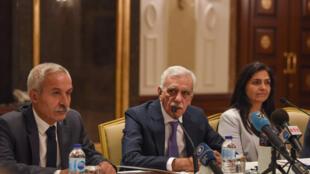 Au centre, le maire déchu de Mardin, Ahmet Türk, en compagnie de ses compagnons d'infortune Adnan Selcuk Mizrakli (Diyarbakir, à gauche) et Bedia Ozgokce Ertan (Van). Istanbul, le 29 août 2019.