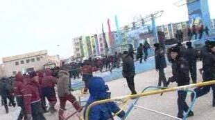 Начало мирного митинга нефтяников в Жанаозене 16/12/2011 (любительская съемка)