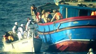 Mais de 2 mil pessoas foram resgatadas durante o fim de semana quando tentavam entrar clandestinamente na Europa.