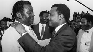 Le président togolais Gnassingbé Eyadéma (g) accueille son homologue congolais Denis Sassou Nguesso à son arrivée à Lomé, le 13 novembre 1986.
