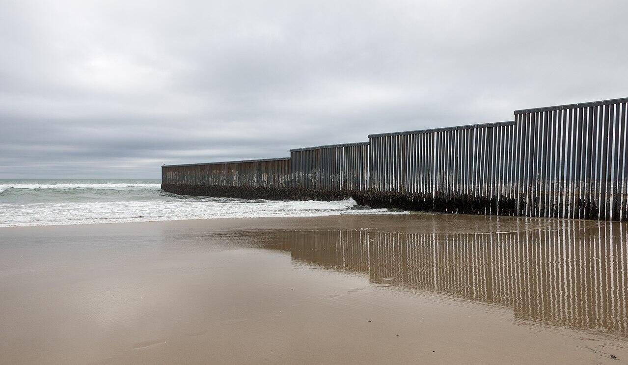 Hàng rào biên giới ngăn cách Hoa Kỳ và Mêhicô ở Tijuana, Mêhicô. Ảnh chụp ngày 06/02/2017.