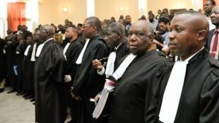 Mawakili wa upande wa utetezi wakisikiliza kesi ya mauaji ya Chebeya, Agosti 29 2014 mjini Kinshasa.