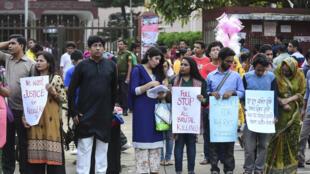 Des manifestants protestent contre la vague de crimes perpétrés par des islamistes dans le pays. Dacca, le 24 avril 2016.