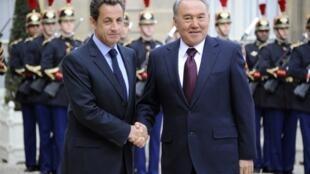 Николя Саркози (слева) и Нурсултан Назарбаев на встрече в Елисейском дворце,  27 октября 2010.