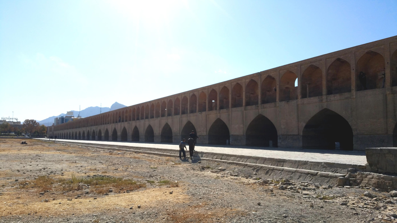 A Ispahan, la rivière Zayandeh Rud (fleuve qui donne la vie), détournée et surexploitée, est à sec (novembre 2016).
