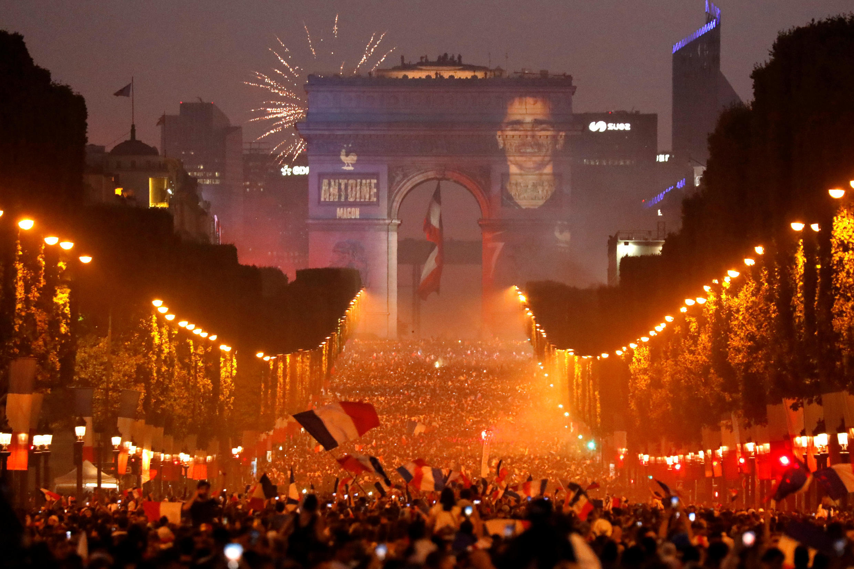 Umati mkubwa wa watu ulivamia mtaa wa Champs-Elysées kwa furaha ya ushindi wa timu ya taifa ya Ufaransa, Paris, Julai 15, 2018. .