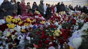 Người dân Saint Petersbourg (Nga) mang hoa đến tưởng niệm các nạn nhân vụ máy bay rơi ở Ai Cập, 03/11/2015.