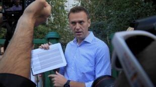 L'opposant russe Alexeï Navalny parle à des journalistes. Ici, lors des élections locales, le 8 septembre 2019 à Moscou (photo d'illustration).
