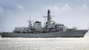 Tầu khu trục hạm HMS Sutherland của Anh.