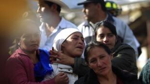 La famille d'une victime réagit à la découverte de son corps à El Recreo, non loin de la ville de San Pedro Sacatepeguz, le 8 novembre 2012.