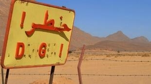 «Danger» : ce panneau dans le désert algérien -dans la région de Tamanrasset- signale le danger de cette zone toujours irradiée depuis les essais nucléaires français au début des années 60.