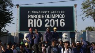 No início de abril, os operários do canteiro de obras do Parque Olímpico no Rio fizeram uma greve por melhores salários.