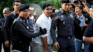 Le militant Sirawith Seritiwat arrêté par la police alors qu'il manifestait seul contre un projet de Constitution soutenu par l'armée à Bangkok, en Thaïlande, le 1er mai 2016.