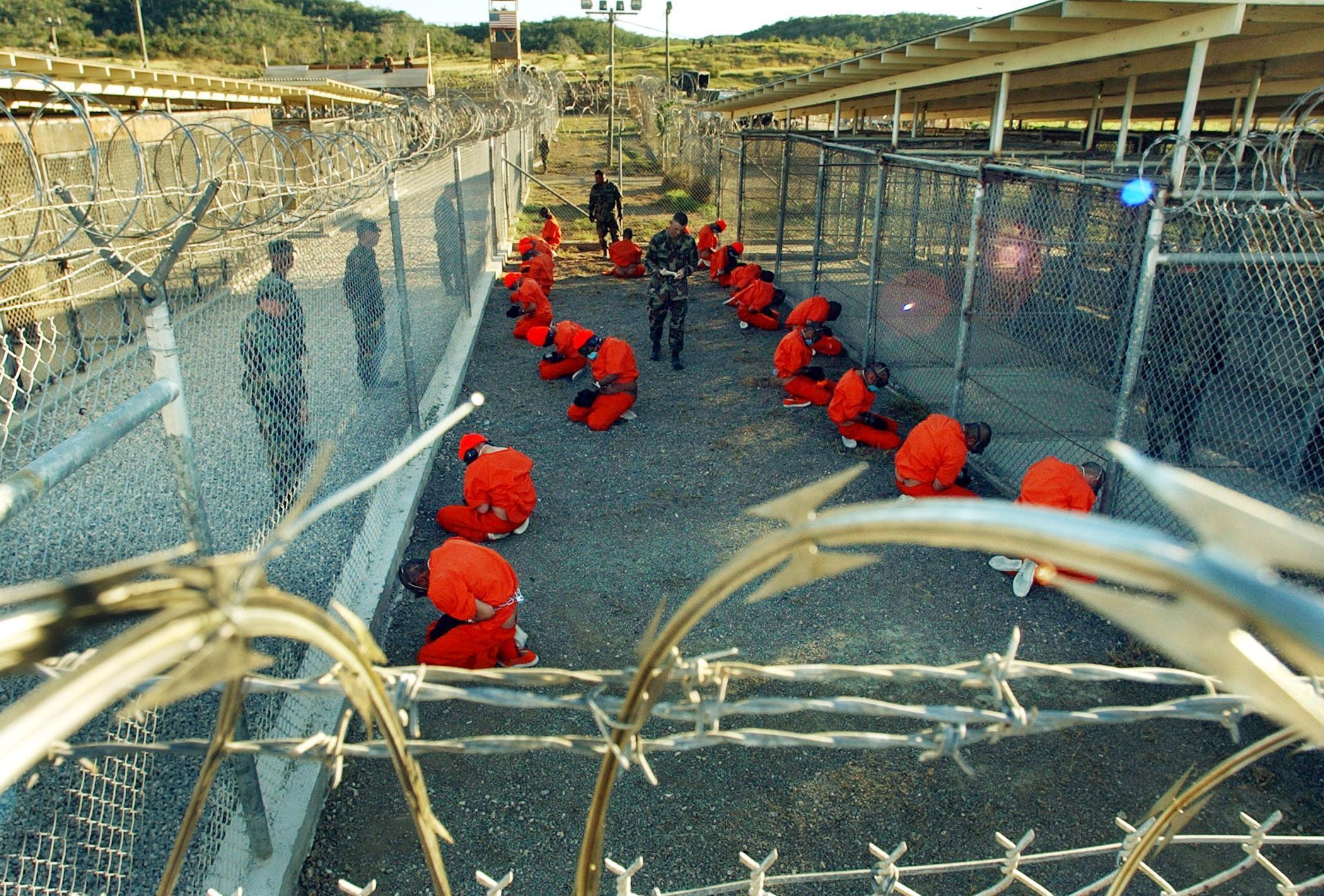 Os ex-prisioneiros, a maioria detentos de Guantánamo, acusam o governo britânico de cumplicidade em atos de tortura.