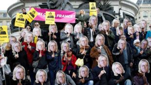 Người tuần hành phản đối Le Pen, mang mặt nạ khuôn mặt Jean-Marie Le Pen - cha của ứng viên Marine Le Pen, với mái tóc dài, Paris, /01/05/2017.