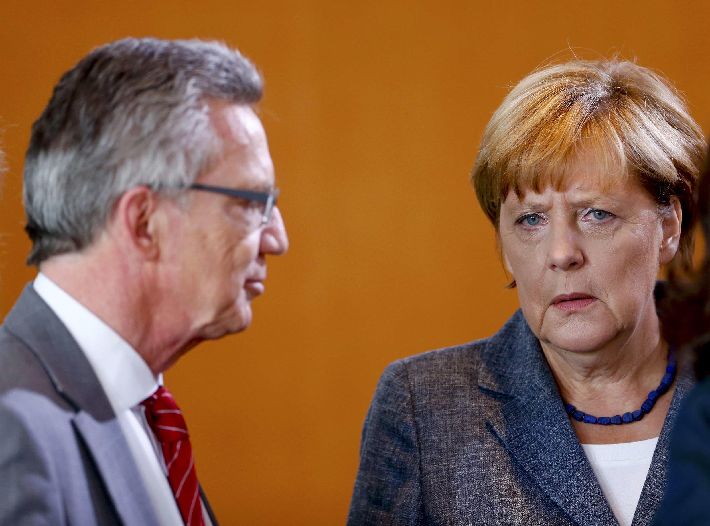 Bộ trưởng Nội Vụ Đức Thomas de Maiziere cùng với thủ tướng Đức Angela Merkel.  Ảnh chụp tại Berlin (Đức) ngày 15/09/2015.