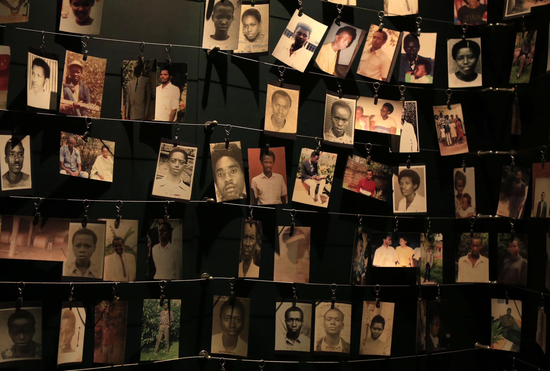 Des photographies des victimes au Memorial du génocide à Kigali.