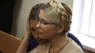 Imagens de arquivo mostram a ex-primeira ministra ucraniana Yulia Tymochenko (em primeiro plano) e sua filha Yevgenia na corte de Kiev, em 2011.