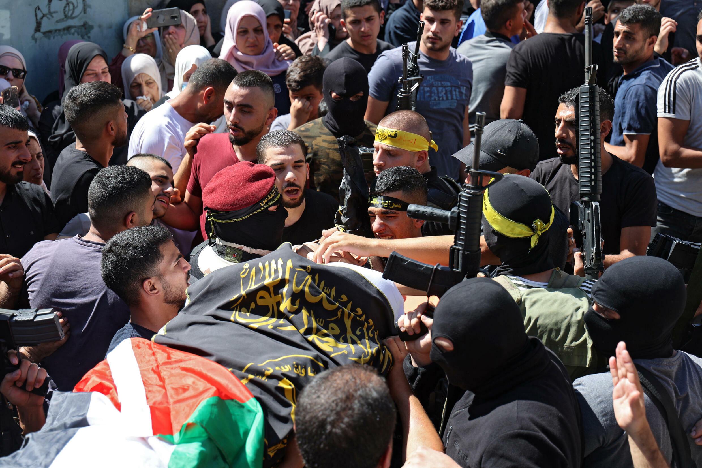 Militantes de las Brigadas Al Quds, brazo armado del grupo Yihad Isámica, portan a hombros el cadáver de Osama Sobh, el palestino muerto en un enfrentamiento con soldados israelíes en el pueblo de Borquin, el 26 de septiembre de 2021 en Cisjordania