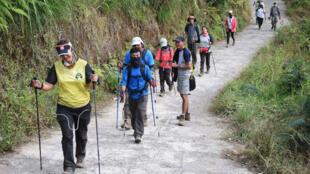 Mais de 500 alpinistas e guias são retirados com sucesso de vulcão da ilha de Lombok, sacudida por um violento terremoto.