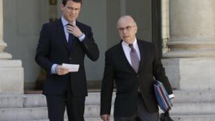 Le Premier ministre Manuel Valls (g) et le ministre de l'Intérieur Bernard Cazeneuve, à la sortie du Conseil des ministres. Paris, le 22 avril  2015.