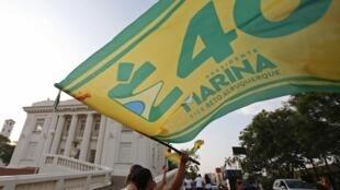Une supportrice de Marina Silva agite un drapeau, devant le Rio Bronco Palace, dans l'Etat d'Acre, au nord du Brésil.