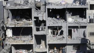 Разрушенный при израильских обстрелах жилой дом в городе Рафах на юге сектора Газа, где были убиты три командира военного крыла ХАМАСа, 21 августа 2014 г.