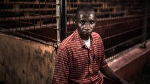 Mamadou Saliou Diallo, à la sortie du stade où il a été presque piétiné à mort lors du massacre du 28 septembre. « J'étais dans les tribunes quand ils ont commencé à tirer. Médecins sans frontières m'a emmené à la morgue, pensant que j'étais mort. »