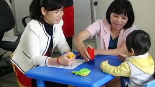 Trị liệu cho trẻ rối nhiễu tâm trí tại Trung tâm Công tác xã hội, Sở LĐ-TB&XH tỉnh Quảng Ninh. Mô hình do trung tâm RTCCD chuyển giao.