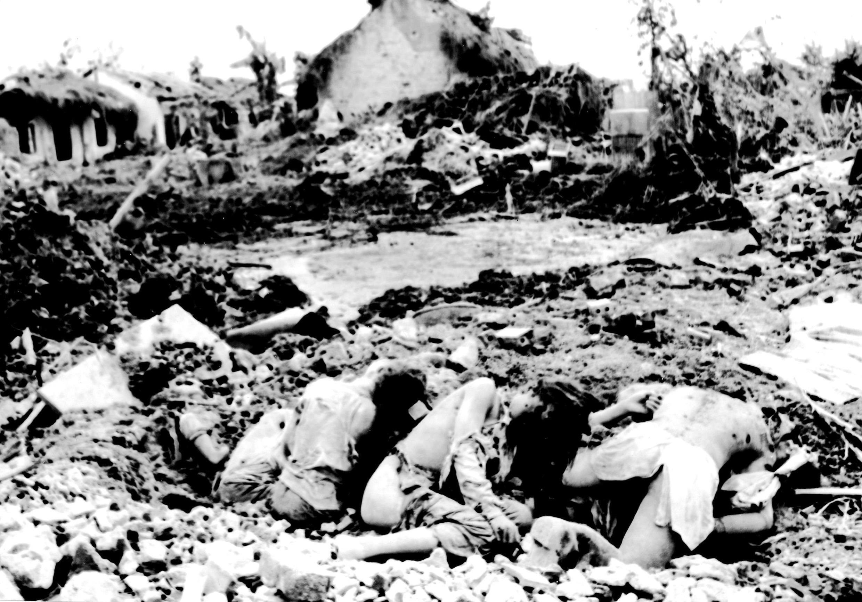 Une famille de sept personnes victime des bombardements américains le 18 avril 1972 à Haiphong.