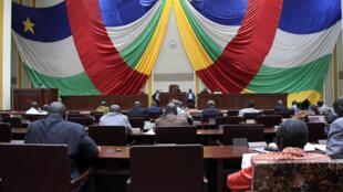 Le CNT centrafricain lors des débats en vue d'une adoption du projet de Constitution, le 30 août 2015.