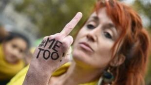 Manifestante condenando violação e abuso sexuais na manifestação de domingo, 29, em Paris