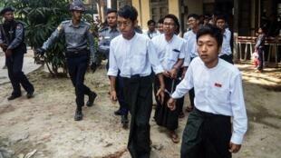 Les étudiants escortés par la police à l'issue d'une audience à Mandalay, le 13 février 2019.