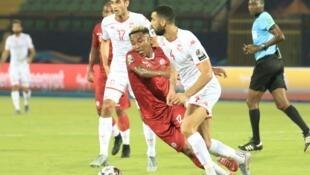 Le Tunisien Yassine Meriah pressé par le Malgache Lalaina Nomenjanahary.