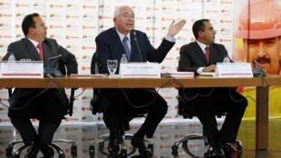 El presidente de Petróleos de Venezuela y vicepresidente económico, Rafael Ramírez, junto al ministro de Finanzas Rodolfo Marco Torres y al presidente del Centro Nacional de Comercio Exterior, Alejandro Fleming, en Caracas, este 22 de enero de 2014.