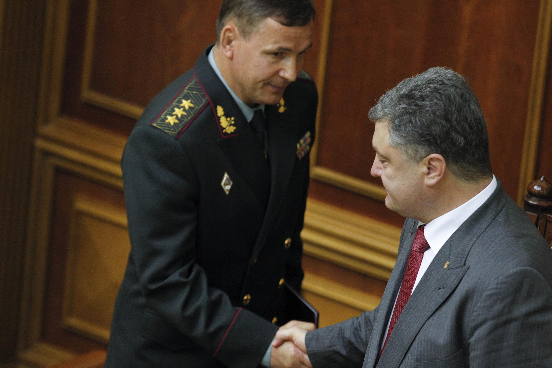Министр обороны Украины Валерий Гелетей и президент Петр Порошенко