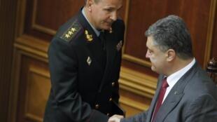 Новый министр обороны Украины Валерий Гелетей пожимает руку Петру Порошенко, Верховная Рада, Киев, 3 июля 2014 г.