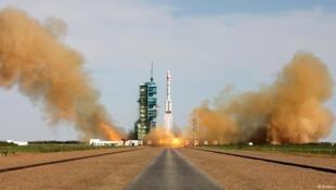 Hỏa tiễn Trường Chinh 2F của Trung Quốc được phóng lên từ căn cứ Tửu Tuyền (Jiuquan) tỉnh Cam Túc ngày 11/06/2013. Hình ảnh này có thể được thấy săp tới đây trên đảo Hải Nam với việc hoàn tất căn cứ Văn Xương.